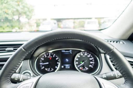 ハンドル 車 新車 フロントガラス 運転 ドライブ 前方 メーター 速度 走る ディスプレイ タコメーター ドライバー 駐車 駐車場 カー