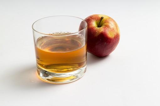 食べ物 食材 果物 くだもの フルーツ 林檎 りんご リンゴ 飲み物 ドリンク 加工品 ジュース お酒 アルコール りんごジュース リンゴジュース アップルジュース りんご酒 リンゴ酒 林檎酒 果汁 シードル グラス コップ  白バック 白背景 果実 果実酒