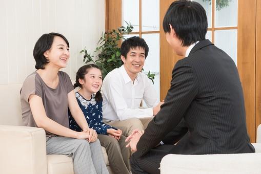 人物 日本人 家族 親子 ファミリー 30代 こども 子供 女の子 小学生 屋内 室内 部屋 リビング ソファ お客 先生 来客 訪問者 家庭訪問 家庭教師 面接 面談 にこやか 和やか 談笑 笑顔 話  mdjf017 mdfk014 mdjm016 mdjm005