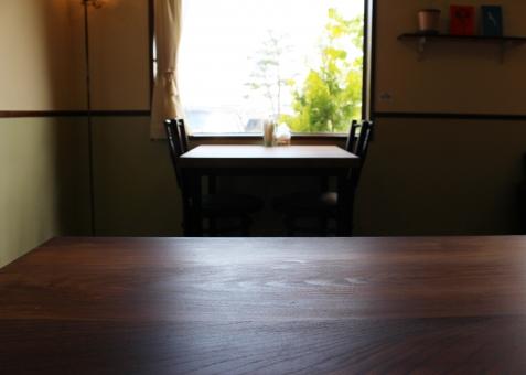 窓辺 席 窓 緑 グリーン テーブル イス 椅子 レトロ レトロモダン 古民家 古民家カフェ ノスタルジック カフェ お茶の時間 コーヒータイム おしゃれ 空間 シンプル 隠れ家 木の壁 インテリア お店 オフィス ショップ 植物 落ち着く 休息 休日 安らぎ 密談 やすらぎ 話す 会話 おしゃべり 癒し 会合 リフレッシュ ソファ テーブルとイス いす 打ち合わせ 机 集まる 女子会 語らい 会議 ミーティング