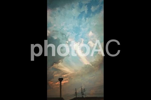 夕暮れの空と貯水塔の写真