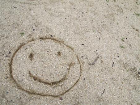 砂 砂場 公園 遊び あそび 遊び場 こども 子供 子ども こどもの絵 子どもの絵 子供の絵 絵 落書き らくがき スマイル にこちゃん ニコちゃん にこにこマーク ニコニコマーク にこにこ ニコニコ 笑顔 smile オープニング素材 エンディング エンディング素材 背景 壁紙 素材 背景素材 web素材 写真素材 宣伝 広告 風景 オープニング ムービー素材