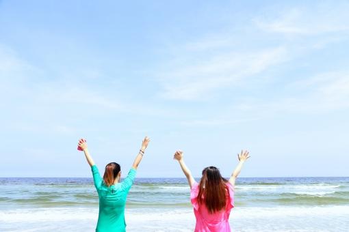 ビーチリゾート  南の島 南国 南の国 スナップ リゾート 癒し 穏やか 観光地 観光都市 旅行 観光 トラベル 旅  休日 休暇 バカンス ホリデー  砂浜 ビーチ 自然 海 波 人物 女性 万歳 上半身 晴れ 天気 空 夏 夏休み