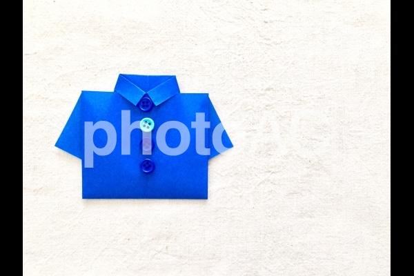 青いシャツ (生成り背景)の写真