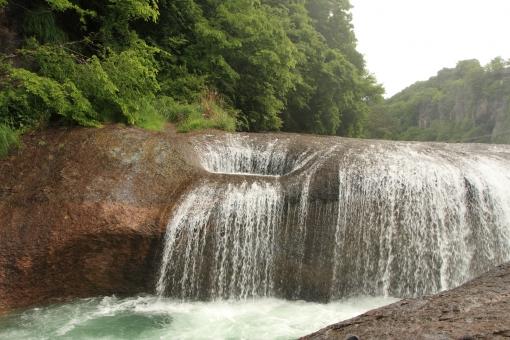 吹き割の滝 水量豊富 新緑の滝 平な滝 広がる水