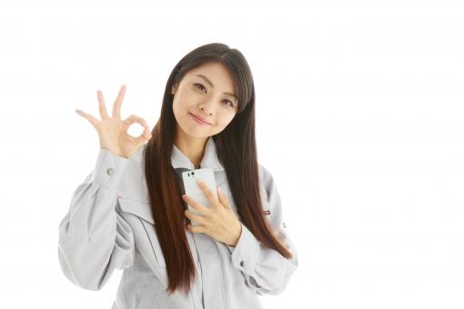 人物 日本人 女性 女の子 20代  モデル かわいい 美人 ロングヘア 作業服  作業着 スタジオ撮影 白バック 白背景 仕事  技術職 ガテン系 作業員 合図 ハンドサイン OK オーケー オッケー 了解 大丈夫 電話 連絡 携帯 笑顔 スマイル mdjf019