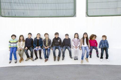 人物 生物 人間 生徒 学生 学童 子ども かわいい キッズ 幼い 外国人 外国 風景 学校 勉強 学び 教育 放課後 屋外 集まる 並ぶ 一列 整列 集合 集合写真 たくさん クラスメイト 座る ベンチ スタジアム 校庭 広場  mdfk026 mdfk025 mdfk024 mdfk027 mdfk033 mdmk005 mdmk016 mdmk017 mdmk018 mdmk019