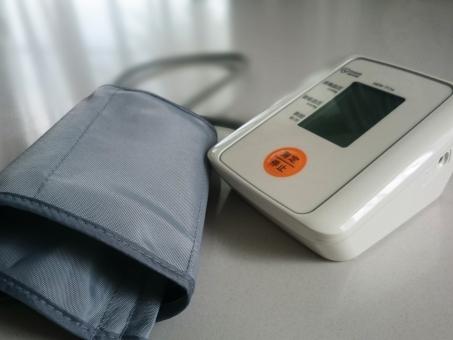 血圧計,健康チェック,健康,不健康,老人,介護,医療,家庭用,医療機器,医療機器,高血圧,低血圧,高齢者,習慣,イメージ,測る,機械,, 健康管理, 上腕, 生きる, 病院, 診療所, 医院, 医者, 看護 白背景 室内 生活 老後 中高年 高齢社会 高齢者