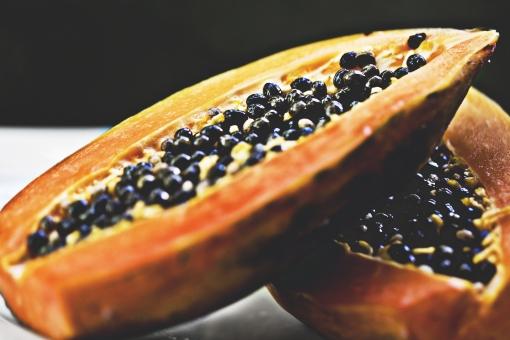 植物 自然 果物 果実 フルーツ 種 沢山 多い 黒 オレンジ色 橙色 果肉 パパイヤ デザート おやつ 朝食 昼食 食事 食材 南国 熱帯 重ねる 屋外 アップ  甘い 美味しい