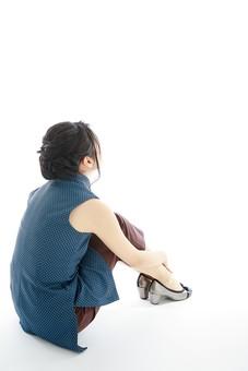 モデル 人物 日本人 日本 女性 女 女子 大人 20代 30代 ロングヘア 全身 体育座り 座る いじける 考える 落ち込む 物思い 休憩 休息 考え事 へこむ 凹む 淋しい 寂しい 後ろ姿 白バック 白背景 mdjf019