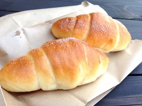 パン Bread 塩パン 愛媛 もっちり バター 小麦粉 油 こんがり おいしい うまい 美味い パン屋 サクサク ジューシー クラスト フランスパン しっとり ふんわり 食感 紙袋 人気 素材 アップ 接写 テーブル テイクアウト お持ち帰り シンプル 食べ物