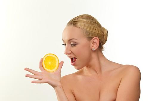 白バック 白背景 外国人 女性 女 ブロンド 金髪 美容 ビューティー エステ リラクゼーション スキンケア マッサージ パック 美肌 ボディパーツ フェイス キレイ 綺麗 美しい 憧れ オレンジ 柑橘系 柑橘類 みかん 隠れる 隠す 脇 デコルテ 持つ 挟む 谷間 バスト 顔 mdff116