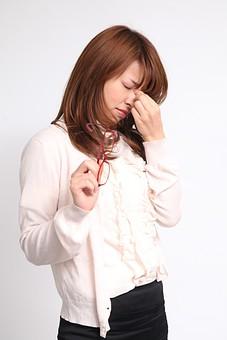 人物 日本人 仕事 ビジネス 会社員   社員 屋内 スタジオ撮影 白バック 白背景  女性 OL 仕事中 病気 体調不良 疲れ目 疲れ 疲労 眼鏡 目 痛い ストレス 休憩 上半身 辛い だるい 目頭 押さえる オーバーリアクション mdfj012