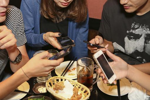 人物 日本人 男性 女性 若者 若者たち 仲間 友達 20代 学生 社会人 大学生 合コン コンパ 飲み会 飲食 食事 食べ物 飲み物 屋内 室内 居酒屋 飲食店 複数 グループ 携帯 連絡 スマホ スマートフォン アドレス 交換 メール 和気藹々 仲良し 手元 アップ