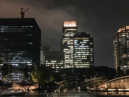 ビジネス ビル オフィス街 ビジネス街 オフィスビル 都会 ビル街 東京 夜景 都心 大手町 噴水公園 夜のビル