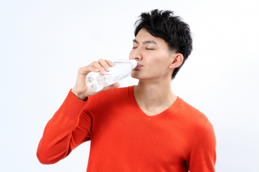 人物 生物 人間 男性 若い 青年 アジア アジア人 日本 日本人 ポーズ モデル ラフ 私服 オフ 赤い オレンジ 立つ 持つ 水 飲料 ペットボトル 飲料水 透明 水分補給 ドリンク 飲む mdjm002