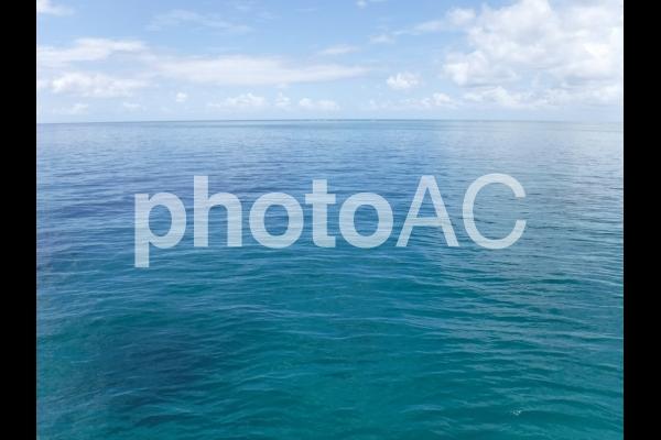 エメラルドグリーンの海と空 1の写真
