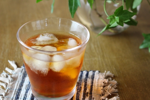 お茶 麦茶 ほうじ茶 番茶 冷たい 氷 グラス コースター テーブル 休憩 夏 初夏 暑い日 クールダウン 観葉植物 ダイニング 応接室 応接間