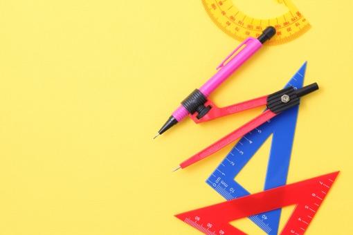 文具 文房具 文房具セット セット コンパス 鉛筆削り 分度器 三角定規 三角 三角形 ペン シャープペン 定規 物差し ものさし メジャー スケール 消しゴム カラフル 色とりどり プラスチック 算数 数学 図形 測る 学校 学習 教育 勉強 習う 道具 形 ケース 箱 入れ物 白 赤色 黄色 青色 緑色 白背景 白バック スタジオ撮影 コピースペース スペース 文字スペース 無人 人物なし 空間 余白