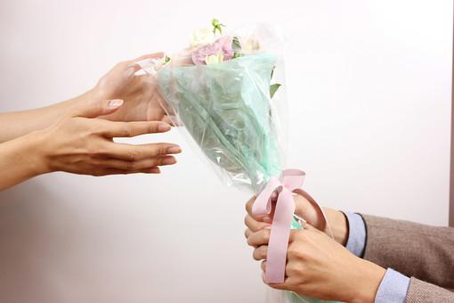 花 植物 薔薇 ばら バラ 綺麗 美しい 切花 切り花 花びら 花束 フラワーアレンジメント プレゼント ギフト 男性 手 持つ 渡す 後ろ 女性 受け取る サプライズ プロポーズ 告白 愛 ホワイトデー クリスマス 誕生日 記念日 恋人 友人 友達