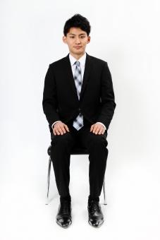 人物 生物 人間 男性 若い 青年 アジア アジア人 日本 日本人 ポーズ モデル スーツ ジャケット ビジネス 就活 フォーマル 全身 座る イス 腰掛ける 面接 正面 まじめ しっかり マナー mdjm002