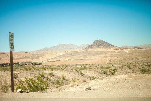 自然 植物 空 青空 晴天 晴れ 天気 青い グラデーション 山 山並み 山脈 木 樹木 葉 葉っぱ 緑 土 地面 広い 広大 雄大 屋外 室外 風景 景色 アメリカ 外国 建物 建築 建築物 看板