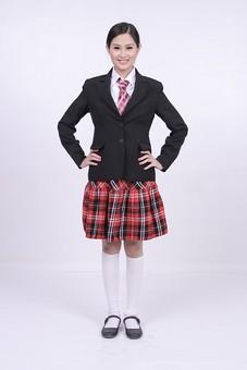 女性 外国人 モデル 美人 若い 制服 ブレザー スクール 学校 教育 面接 スーツ ビジネススーツ ネクタイ きっちり まとめ髪 上品 笑顔 ポーズ ハイソックス タータンチェック 赤いスカート スカート チェック柄 パンプス 白い靴下 腰に手を当てる mdff037