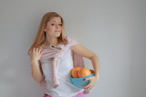 リラックス プライベート 外国人 女性 女 20代 白人 ブロンド ブロンドヘア 金髪 ロングヘア パジャマ ルームウェア 部屋着 自室 部屋 休日 休み まったり 全身 ベッド 布団 ひとり 一人  白背景 白バック カーデガン カーディガン 羽織る カメラ目線 グレープフルーツ 果物 みかん 柑橘 mdff010