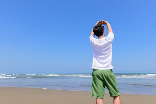 洋服 Tシャツ 日本人 男性 ビーチ 海 砂浜 人物 旅行 旅 観光 オーシャン 青 ブルー 波 トラベル ホリデー 青空 晴天 晴れ 美男 綺麗 野外 屋外 夏 常夏 楽園 背伸び 手を上げる 伸びる 背中 後ろ姿 息抜き 開放感 mdjm005