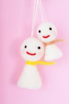 てるてる坊主 テルテル坊主 てるてるぼうず 羊毛 羊毛フェルト 毛 妖精 雨 梅雨 二個 2個 ふたつ シンプル ハンドメイド 手作り チクチク ちくちく 笑顔 笑う 笑み 微笑み かお 人形 縫いぐるみ ぬいぐるみ 背景 ピンク ぴんく かわいい 可愛い カワイイ 背景ピンク ピンク背景 テクスチャ テクスチャー 壁紙 バックグラウンド バックグランド 幸せ 幸運 待ち受け画面 イメージ 白 赤 黄色 茶色 顔 たて 縦 6月 7月 夏 初夏 ふわふわ フワフワ もふもふ モフモフ 天気 晴れ