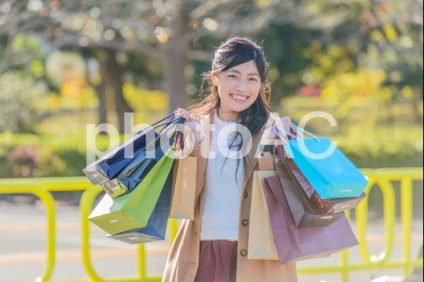 たくさんの紙袋を持った外国人観光客2の写真