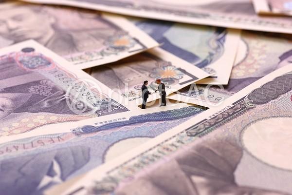 お金に囲まれるビジネスマン3の写真