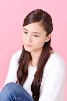 人物 女性 日本人 若者 若い  20代 美人 かわいい ロングヘア カジュアル  ラフ 私服 セーター ニット 屋内  スタジオ撮影 背景 ピンク ピンクバック ポーズ  おすすめ 上半身 物思い 考え事 ぼんやり 悩み 座る mdjf007