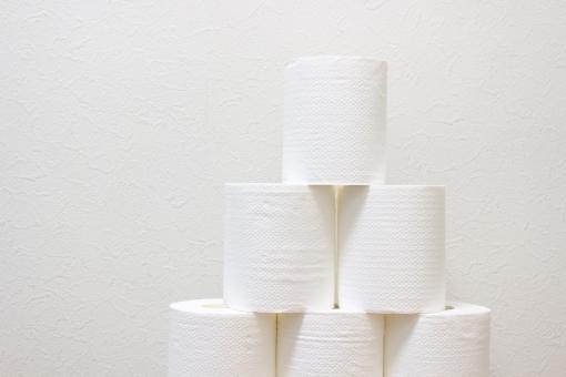 トイレットペーパー ロール紙 トイレ エコ 山積み 積む ペーパー 日本 アジア 白 壁 明るい 木 リサイクル 古紙 地球 環境 スペース 拭く 紙 流す 複数 多数 破壊