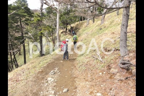 登山する子どもの写真