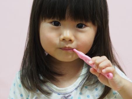 歯ブラシ パジャマ 子ども 日本人 girl child japanese brushing 背景なし 虫歯 園児 女児 幼児 女の子 かわいい 歯磨き 歯みがき