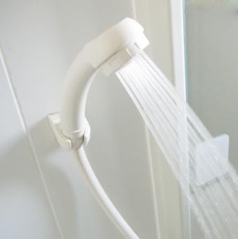 シャワー shower しぶき 水滴 バスルーム おふろ お風呂 しゃわー 水 お湯 洗髪 ユニットバス みず 節水 節約 ぬるい 温水 美肌 塩素除去シャワーヘッド ホース 鏡 ミラー かがみ シャワールーム シャンプー 壁 かべ 白 水量
