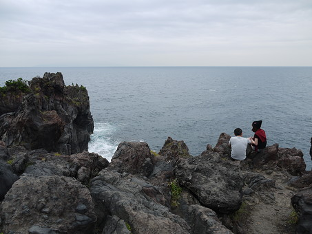 伊豆 いず 伊豆半島 静岡県 東日本 日本 関東 伊豆市 景色 風景 自然 環境 観光 観光地 旅行 海 駿河湾 空 雲 崖 植物 絶景 波 岩 人物 カップル