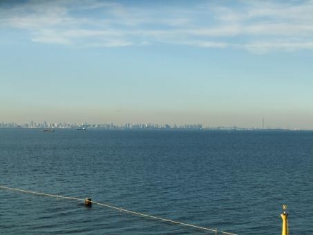 東京湾 海 海ほたる 湾 冬の海 波 空 雲 かすみ 霞 日本 アクアライン 風景 ビル 東京 青 紺 水色 もや 靄
