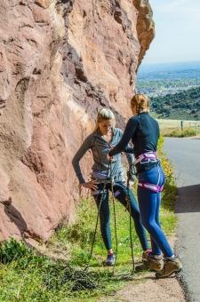 人間 人物 ポートレート ポートレイト 女性 外国人 外国の女性 外国人女性 ブロンド 金髪  おさげ  ポニーテール 岩 岩肌 岩石 ロック 自然  岩場 クライミング 岩登り ロッククライミング 準備 支度 用意 装着 全身 mdff066 mdff111