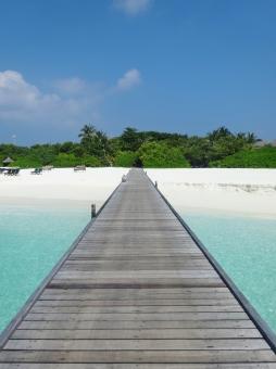モルディブ 桟橋 橋 海 砂浜 木 新婚旅行 旅行 青空 ビーチ リゾート 木 板 エメラルドグリーン 道 森 白 青 浜辺 晴天