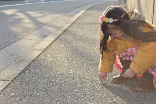 道路 うずくまる 子供 こども 子ども 幼児 女の子 mdfk023