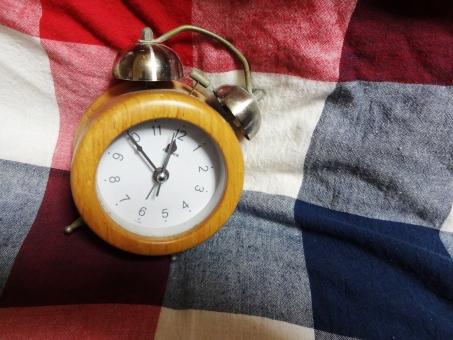 目覚まし 時計 タイマー 朝 寝坊 布団 ギンガムチェック チェック ベッド 早起き 一日の始まり 睡眠不足 寝過ごす 時刻 時間 起きる モーニングコール 目覚め 起床時間 ビジネス 会社 仕事 二度寝 学校 インテリア 寝起き 早朝 家 休日 背景