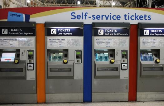 イギリス england unitedkingdom greatbritain uk ロンドン london ヨーロッパ 欧州 europe 交通 traffic 電車 train 駅 station 自動販売機 vending machine