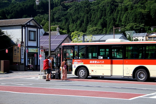 バス停 バス ロータリー 停留所 待つ 女性 男性 観光 旅行 関東 箱根 芦ノ湖 遊覧船