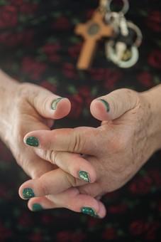 人物 老人 お年寄り 高齢者 シルバー  年老いた手 ハンドパーツ 手 指 ハンド  パーツ 手の表情 年老いた手 皺 しわ  シワ クローズアップ  女性 おばあさん おばあちゃん マニキュア ネイル 緑 お洒落 おしゃれ 手を組む 指を組む 正面 手元 手先 指先