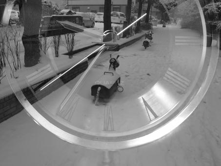 時計 雪 公園 時間 時 夢 思い出 想い出 モノクロ 白黒 置去り 蘇る 遡る 記憶 回想 秒針 刻む 忘れ物 冬 合成 長針 短針 過去 背景 風景