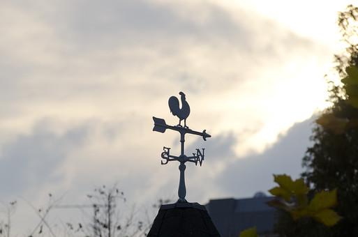 風見鶏 かざみどり ウエザーコック 装飾 繊細 屋根 洋風  外国風 方位 方角 ニワトリ にわとり 鶏 景色 風景 景観 アルファベット 文字 矢印 弓矢 シルエット 魔除け 空 雲 夕方 夕焼け
