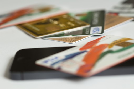 クレジットカード プラスチックマネー クレディットカード 買物 ショッピング 会計 支払 出費 スマート 現金不要 引落し 銀行 財布 リボ払い ICチップ ポイント 複数枚 全国共通 世界共通 ブラックカード 上限  キャッシング ローン 学生 社会人 本人確認 カード審査 カード番号 法人カード コーポレートカード ビジネスカード ビザ アメリカンエキスプレス JCB マスターカード