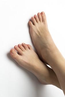 足 脚 あし フット 生足 裸足 素足 女性 女 女子 ウーマン 立つ 起立 20代 30代 足元 フットケア 両脚 両足 人物 若い 若者 美容 ヘルスケア おしゃれ お洒落 白背景 足の爪 足の指 肌 スキンケア ファッション